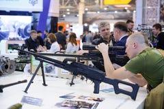 在陈列的新的狙击步枪 免版税图库摄影