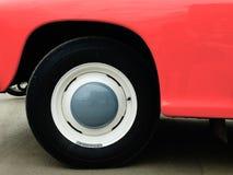 在陈列的老减速火箭的汽车 免版税库存照片