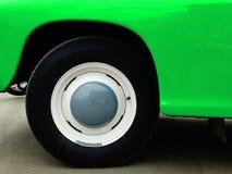在陈列的老减速火箭的汽车 免版税图库摄影