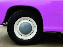 在陈列的老减速火箭的汽车 免版税库存图片