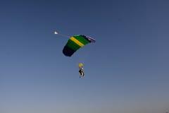 在降伞下的两个人 免版税库存照片
