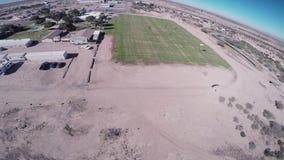 在降伞的专业跳伞运动员着陆在亚利桑那 晴朗的日 极其体育运动 股票录像
