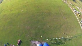 在降伞着陆的专业跳伞运动员飞行在特别领域 晴朗的日 影视素材