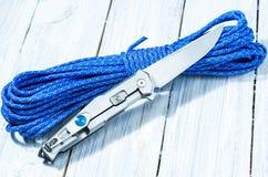 在降伞绳子的一把发光的刀子 反面 库存图片