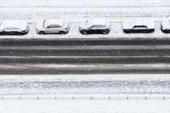 在降雪下的四辆汽车在路停放 库存图片