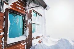 在降雪以后的木房子 库存图片