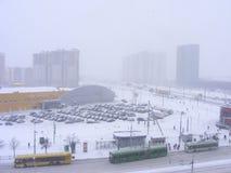 在降雪以后的都市场面路街道,在冻城市米斯克,白俄罗斯的冷的黎明 免版税库存照片