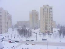 在降雪以后的都市场面,在冻城市米斯克,白俄罗斯的冷的黎明 免版税库存图片