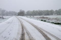 在降雪期间的雪道 库存照片