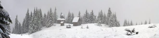 在降雪期间的偏僻的修道院 库存照片