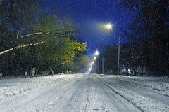 在降雪期间的冬天路 免版税库存照片