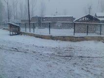 在降雪期间的村庄 库存图片