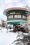 在降雪期间的酒吧在正方形在夏慕尼 库存照片