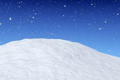 在降雪特写镜头下的雪小山 皇族释放例证