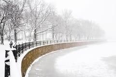 在降雪的堤防 免版税库存照片