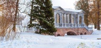 在降雪的大理石桥梁,冬天凯瑟琳公园 库存照片
