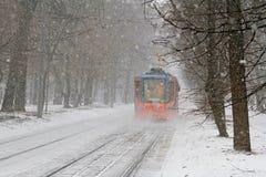 在降雪的电车71-623-02在莫斯科 免版税库存图片