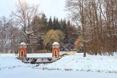 在降雪的红色小瀑布,冬天凯瑟琳公园 免版税库存照片