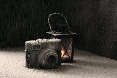 在降雪的老照相机 免版税库存图片