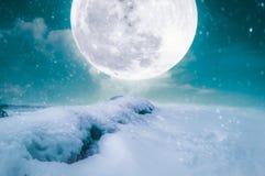 在降雪的风景与超级月亮 平静自然backgroun 库存图片