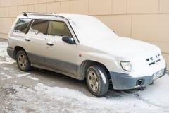 在降雪以后的冬天停放的Subaru林务员 库存图片