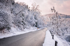 在降雪以后的冬天路 免版税图库摄影