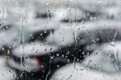 在降雪以后的Waterdrops在车窗 库存图片
