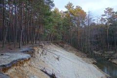 在陡坡附近的路线 免版税库存图片
