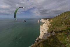 在陡峭和高峭壁的滑翔伞 库存照片