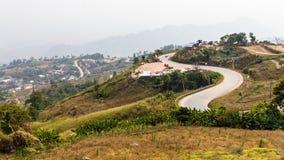 在陡峭的小山的路 免版税库存图片