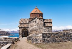 在陡峭的小山顶部的历史的Sevanavank修道院在塞凡湖围拢的半岛 库存照片
