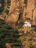 在陡峭的山的小的印度寺庙 图库摄影