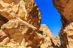 在陡峭的岩石之间的一个小段落在一点Petra在Siq a 免版税图库摄影
