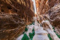 在陡峭的岩石之间的一个小段落在一点Petra在Siq a 免版税库存照片