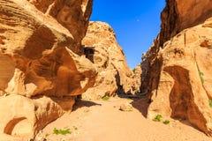 在陡峭的岩石之间的一个小段落在一点Petra在Siq a 图库摄影
