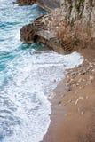 在陡峭的岩石墙壁附近的一个楼梯,连接两个海滩  图库摄影