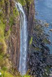 在陡峭的岸的瀑布由海 免版税库存图片