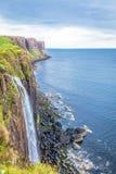 在陡峭的岸的瀑布由海 免版税库存照片