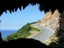 在陡峭的海岸的弯曲道路 库存图片