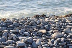 在陡峭的海滨的石头 库存照片