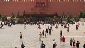 在陵墓前面的游人红场的在莫斯科 股票录像