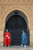 在陵墓前面的皇家卫兵在拉巴特。 免版税库存图片