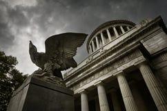 在陵墓的老鹰 免版税库存照片