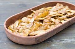 在陶器的酥脆土豆皮 库存照片