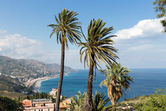 在陶尔米纳附近的鸟瞰图西西里人的海岸西西里岛的,意大利 免版税库存图片