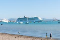 在陶朗阿新西兰港的游轮  库存图片