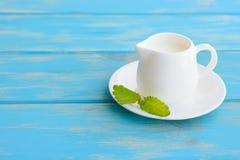 在陶瓷器皿的牛奶 免版税库存照片