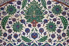 在陶瓷墙壁上的古老瓦片样式在伊斯坦布尔考古学谬斯 库存图片