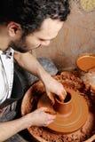 在陶瓷工查阅工作之上 库存照片