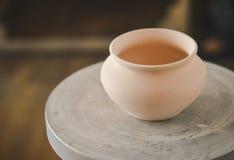 在陶瓷工` s轮子的泥罐 免版税库存照片